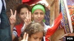 Các thiếu niên ở Cairo biểu thị ủng hộ Tổng thống bị lật đổ Mohamed Morsi, ngày 12/7/2013.