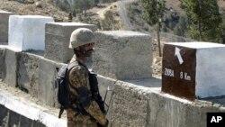 一名巴基斯坦軍人守衛與阿富汗之間新建的隔離牆 (資料照片)