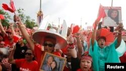 """2014年5月11日亲政府的""""红衫军""""组织成员曼谷郊外集会支持被罢免的英拉总理。"""