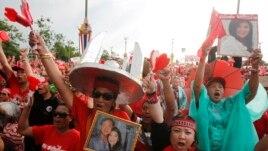 Người biểu tình 'Áo đỏ' ủng hộ chính phủ xuống đường với hình ảnh bà Yingluck và ông Thaksin.