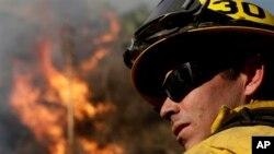 Unos 800 bomberos lucharon arduamente contra las llamas de un incendio al norte de Los Ángeles.
