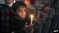 Một cậu bé Palestine cầm nến trong cuộc biểu tình ở phía bắc Dải Gaza, 27/12/2010