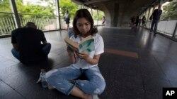 Demonstran Thailand membaca buku untuk melawan junta militer.