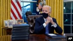 资料照片:美国总统拜登就职当日在白宫工作,准备签署他的第一道行政命令。(2021年1月20日)