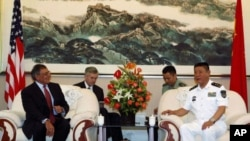 美国国防部长帕内塔(左)2012年9月20日在青岛参观中国海军舰艇之前会见中国北海舰队司令员田中(右)
