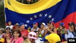 ဗင္နီဇြဲလားက အတိုက္အခံေခါင္းေဆာင္ Juan Guaido ကို ေထာက္ခံ ဆႏၵျပသူမ်ား။ (ေဖေဖာ္ဝါရီ ၂၊ ၂၀၁၉)