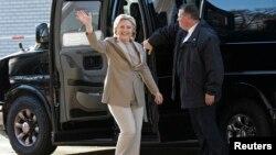 Hillary Clinton ageze kw'ishuri ry'ibanze ry'ahotwa Grafflin mu mujyi wa Chappaqua muri leta ya New York, tariki ya munani y'ukwezi kwa 11, 2016.