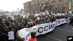 """러시아 모스크바에서 블라디미르 푸틴 총리의 퇴진을 촉구하며 흰색 리본과 풍선을 든 채 """"푸틴없는 러시아""""와 """"자유선거를 위하여""""를 외치며 가두행진을 벌이는 반정부 시위대(자료사진)"""