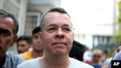 លោក Andrew Craig Brunson គ្រូងគង្វាលពីរដ្ឋកាលីហ្វ័ញ៉ា បានមកដល់ផ្ទះរបស់លោកនៅទីក្រុង Izmir ប្រទេសតួកគី កាលពីថ្ងៃទី២៥ កក្កដា ២០១៨។ គាត់ត្រូវបានឃុំខ្លួនអស់រយៈពេល១៨ខែដោយជាប់ចោទពីបទភេរវកម្ម និងចារកម្ម ហើយលោកត្រូវបានដោះលែងកាលពីពេលថ្មីៗនេះ។