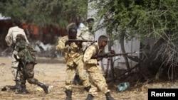 صومالی حکومت کے فوجی الشباب باغیوں کا تعاقب کرتے ہوئے