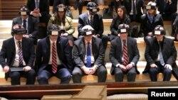 白宫国家安全顾问博尔顿(前排右二)在参观耶路撒冷老城西墙时戴着虚拟现实眼镜。(2019年1月6日)