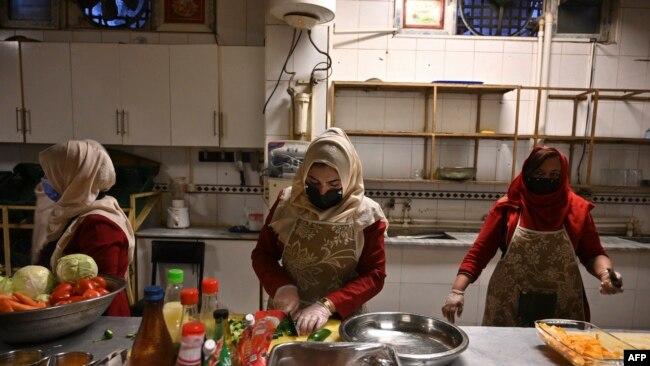کابل کے شیلٹر میں رہنے والی خواتین تعلیم حاصل کررہی ہیں یا کام کرتی ہیں۔