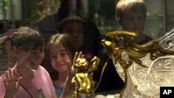 코닝 유리 박물관을 관람하고 있는 어린이들