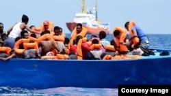 116 personnes -dont 67 mineurs non accompagnés- originaires en majorité de la Somalie et l'Erythrée, secourues lors d'une opération de sauvetage du navire humanitaire Aquarius, en Méditerranée, 10 août 2018. (Twitter/ SOS Méditerranée et MSF)
