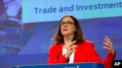یورپی یونین کی تجارتی أمور کی سربراہ سسیلیا مانسٹرم میڈیا سے بات کر رہی ہیں۔