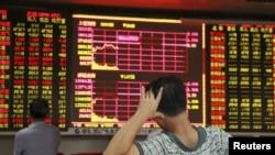 中国海南省海口市一名股民看着大屏幕上显示的股票信息。