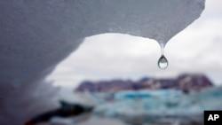 Un iceberg se derrite en la bahía de Kulusuk, en Groenlandia.