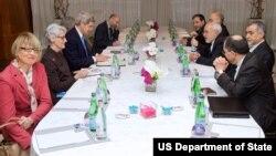 미국측 대표인 존 케리 미 국무장관(왼쪽 가운데)과 어니스트 모니즈 에너지장관이 이란측 대표인 모하마드 자바드 자리프 이란 외무장관(오른쪽)과 알리 아크바르 살레히 원자력청장 등과 23일 스위스 제네바에서 회담을 가졌다.