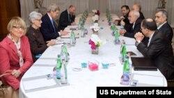미국측 대표인 존 케리 미 국무장관(왼쪽 가운데)과 어니스트 모니즈 에너지장관이 이란측 대표인 모하마드 자바드 자리프 이란 외무장관(오른쪽)과 알리 아크바르 살레히 원자력청장 등과 지난 23일 스위스 제네바에서 회담을 가졌다.