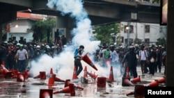 Police, Anti-Government Demonstrators Clash in Bangkok