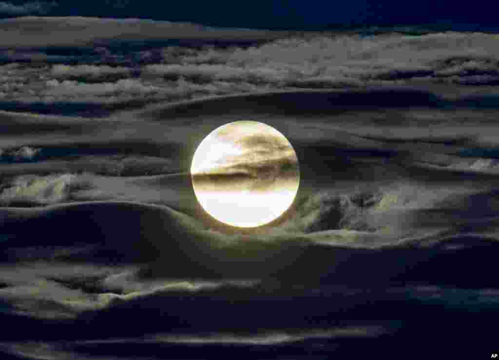 نمایی از ماه کامل در آسمان شهر فرانکفورت آلمان