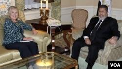 Menlu AS Hillary Clinton dan Presiden Mesir Mohamed Morsi melakukan pembicaraan mengenai hubungan kedua negara di New York (24/9).