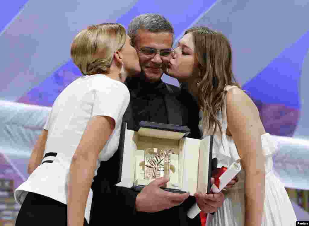 """Diễn viên Lea Seydoux (trái) và Adele Exarchopoulos (phải) hôn đạo diễn Abdellatif Kechiche sau khi nhận giải Cành Cọ Vàng cho bộ phim """"La Vie D'Adèle"""" tại Liên hoan phim Cannes lần thứ 66 tại Pháp."""