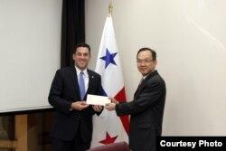 巴拿马副外长因卡皮耶递交邀请函给台湾驻巴拿马大使馆政务参事张俊彬 (巴拿马外交部)