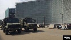 خودروهای نظامی سنگین در مقابل مقر ناتو