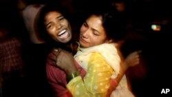 Hai người phụ nữ an ủi nhau khi hay tin một người thân trong gia đình thiệt mạng trong vụ đánh bom, tại bệnh viện địa phương ở Lahore, Pakistan, ngày 27 tháng 3, 2016.