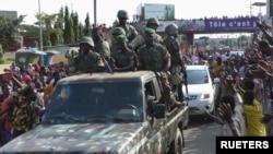 在几内亚首都科纳克里,居民们向政变军人欢呼。(2021年9月5日)