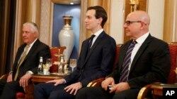 Держсекретар США Рекс Тіллерсон (зліва), старший радник Дональда Трампа Джаред Кушнер (у центрі) і радник з національної безпеки Макмастер на двосторонній зустрічі між президентом Трампом і королем Бахрейну Хамадом бен Іса Аль Халіфою, 21 травня 2017 року, в Ер-Ріяді.