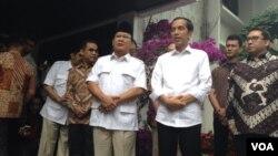 Presiden Terpilih Joko Widodo bertemu mantan pesaingnya dalam pilpres 2014 Prabowo Subianto di Jakarta (17/10). (VOA/Andylala Waluyo)