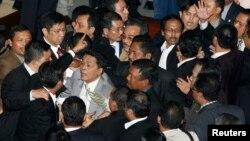 Para anggota Dewan Perwakilan Rakyat (DPR) RI saling menyikut dan mendorong dalam sebuah sidang paripurna (foto: dok).