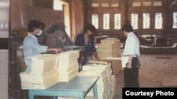 Ông Bình tham quan địa điểm đầu tư tiềm năng tại Việt Nam vào tháng 4/1990.