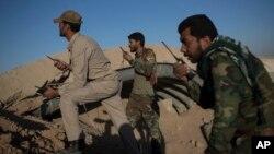伊拉克民兵组织在摩苏尔以西的泰勒阿费尔机场注视伊斯兰国的阵地。(2016年11月20日)