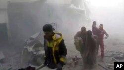 Serangan udara menghantam daerah kantong pemberontak Suriah, Ghouta timur, Sabtu (24/2), menewaskan sedikitnya 24 orang dan meningkatkan jumlah korban sipil dalam satu pekan ini menjadi lebih 500 orang. (Syrian Civil Defense White Helmets via AP).
