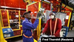 En la foto de archivo, trabajadores de una fábrica examinan piezas en Alfield Industries, subsidiaria de Martinrea, una de los tres generadores de autopartes en Canada, en Vaughan, Ontario. Canada, 28 de abril, 2017. REUTERS/Fred Thornhill/File Photo