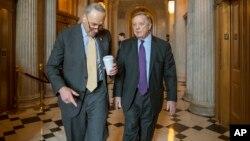 El líder de la minoría del Senado, Chuck Schumer, demócrata por Nueva York (izq.) y el senador Dick Durbin, demócrata por Illinois, en el Capitolio en Washington, el miércoles 14 de febrero de 2018.