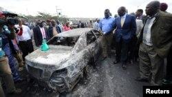 Le président député kenyan William Ruto regarde les restes d'un camion qui a explosé et entraîné la mort de 40 personnes, près de la ville de Naivasha, à l'ouest de Nairobi, au Kenya, le 11 décembre 2016.