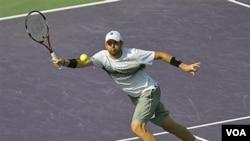 Mardy Fish mengembalikan bola ke David Ferrer pada Turnamen Sony Ericsson Terbuka bulan Maret silam. (Foto:dok)