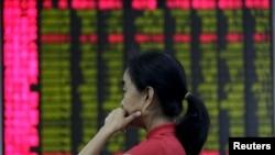 一名北京股民在证券交易所观看电脑屏幕上的股市行情(2015年8月26日)