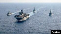 澳大利亞大型護衛艦HMAS Parramatta(左)和美國海軍艦隻在南中國海海域舉行演習。(2020年4月18日)