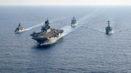 澳大利亚大型护卫舰HMAS Parramatta(左)和美国海军舰只在南中国海海域举行演习。(2020年4月18日)