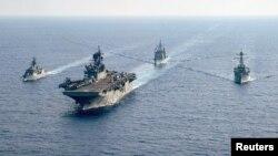 澳大利亚大型护卫舰帕拉马塔号(HMAS Parramatta 左)与美国海军两栖攻击舰美利坚号(USS America)、邦克山号航空母舰(USS Bunker Hill)和巴里号驱逐舰(USS Barry DDG-52)在南中国海海域举行演习。(2020年4月18日)
