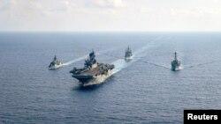 澳大利亞大型護衛艦HMAS Parramatta(左)和美國海軍在南中國海海域舉行演習。(2020年4月18日)
