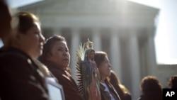Leónida Martínez, de Phoenix, Arizona, segunda desde la izquierda, y otras personas se manifiestan en las afueras de la Corte Suprema de Justicia, en Washington.