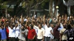 Piştevanên opozîsyonê li Meydana Komarê xwepêşandanê dikin. Bajarê Male, Maldîvan, Sîbat 7, 2012. (AP)