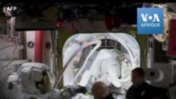 Deux femmes sortent ensemble dans l'espace, une première