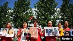 """Familiares de los detenidos en lo que se conoce como la protesta contra la represión """"709"""", frente a la Fiscalía Suprema del Pueblo en Beijing, China, el 7 de julio de 2017.[Archivo]"""